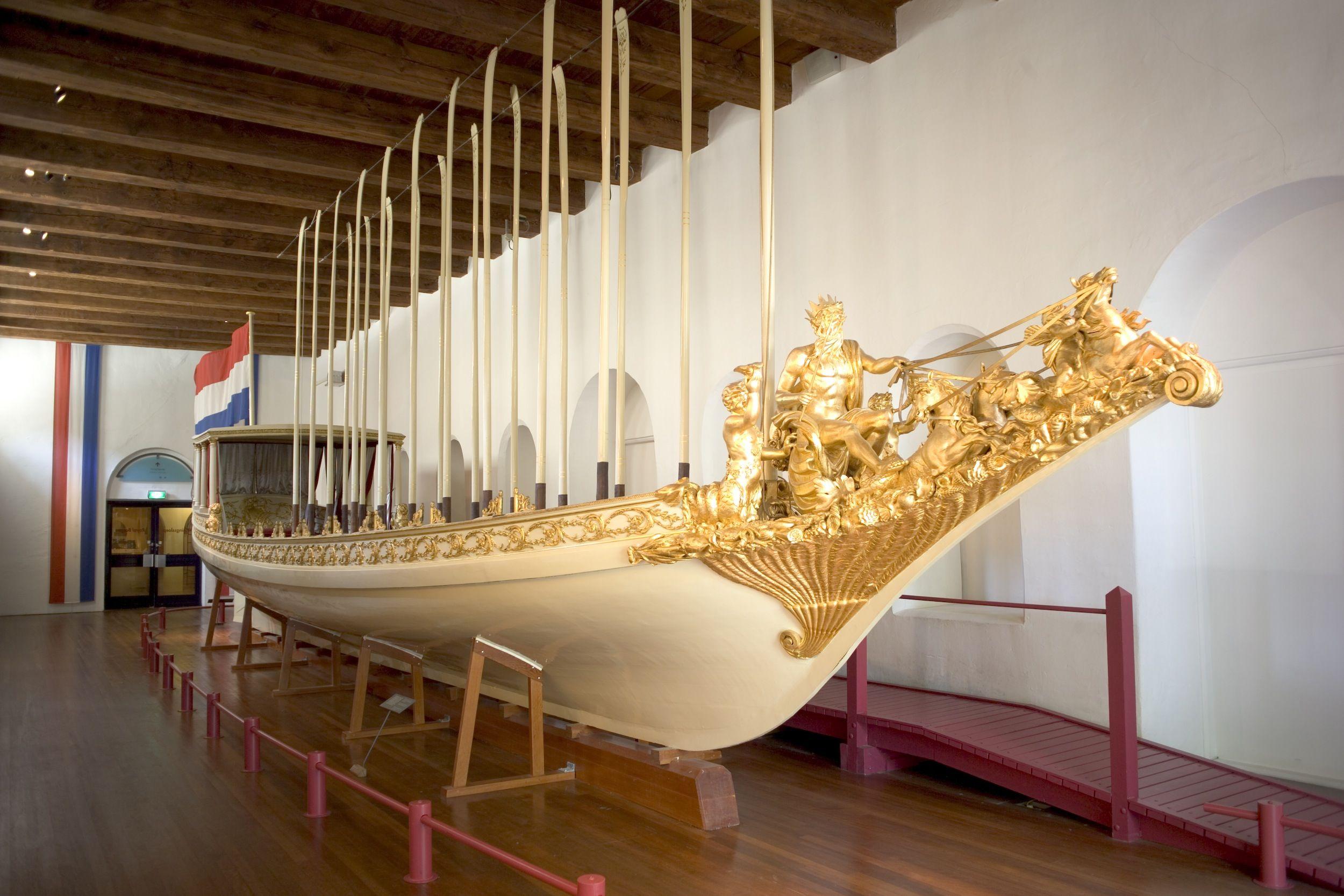 De Koningssloep in een van de oude zalen van het Scheepvaartmuseum