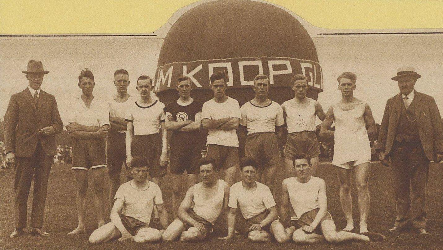 Op Koninginnedag 1928 werd door Alkmaarse atleten een estafette gelopen over een afstand van 5000 meter. Hier poseren ze voor de luchtballon van Pottum.