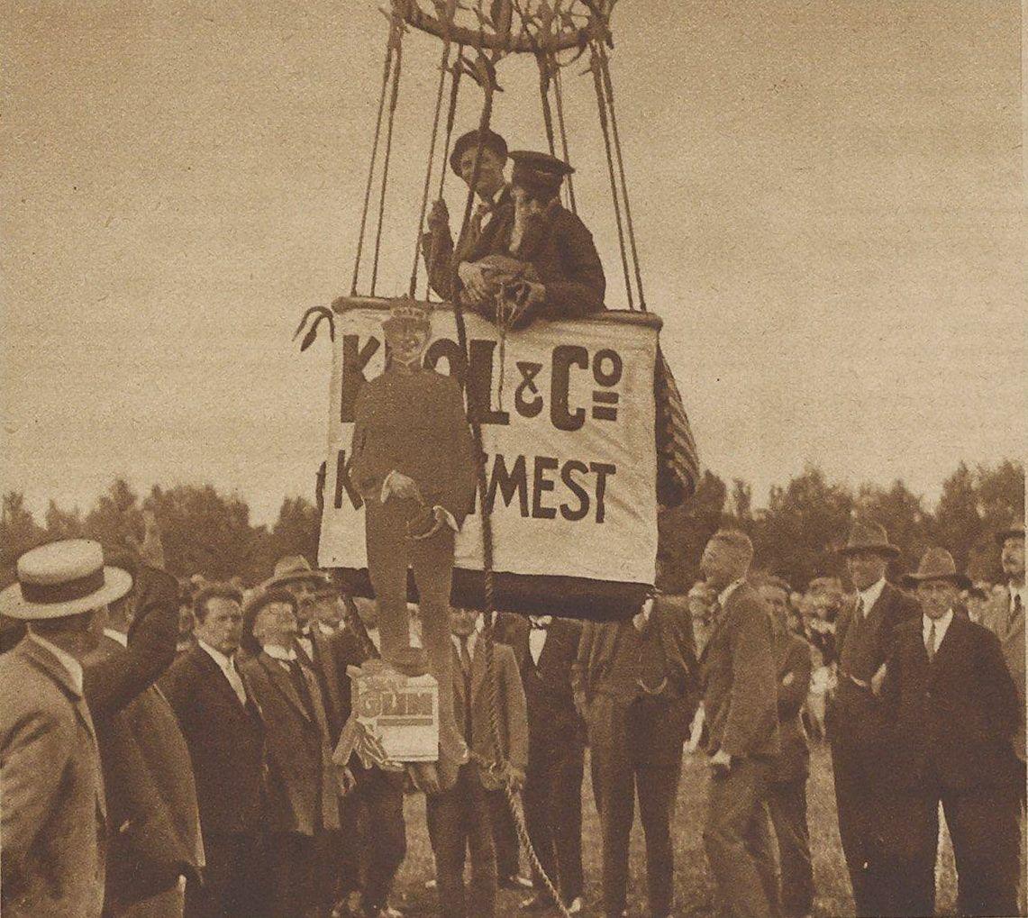 Het opstijgen van de luchtballon met de heren Pottum en Otten. Aan de mand hangt de reclamepop die later aan een parachute naar beneden gegooid werd.