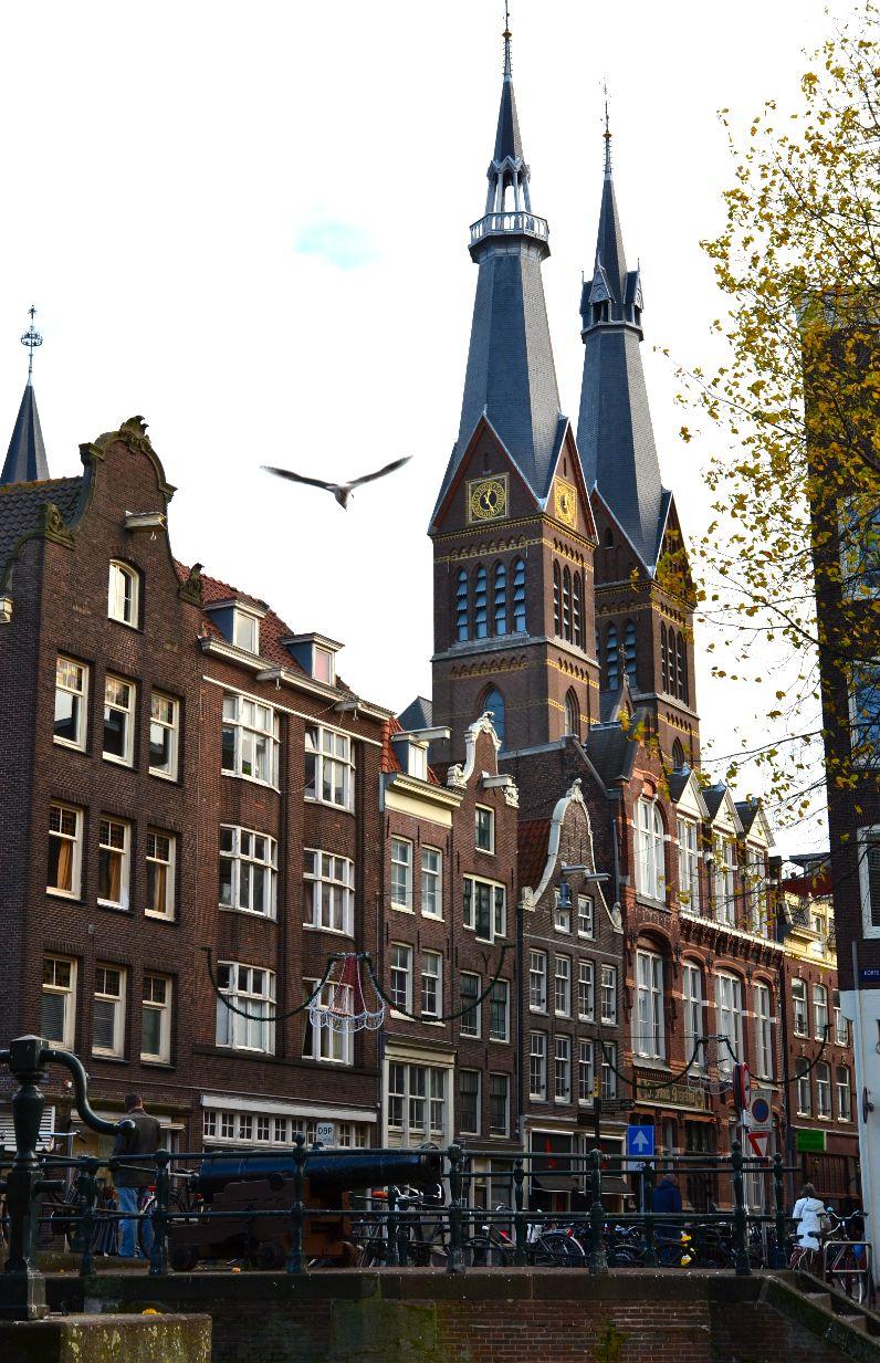 De Posthoorkerk aan de Haarlemmerstraat, gezien vanaf de Eenhoornsluis