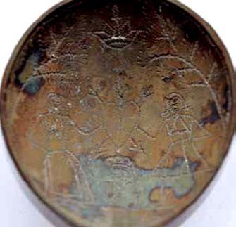 De gravering in de bak van de lepel: een man en een vrouw houden een hart vast.