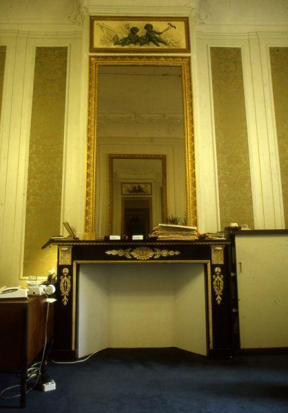 Empire schouw in de kamer links achter met spiegel en boezemstukje met putti, Herengracht 493