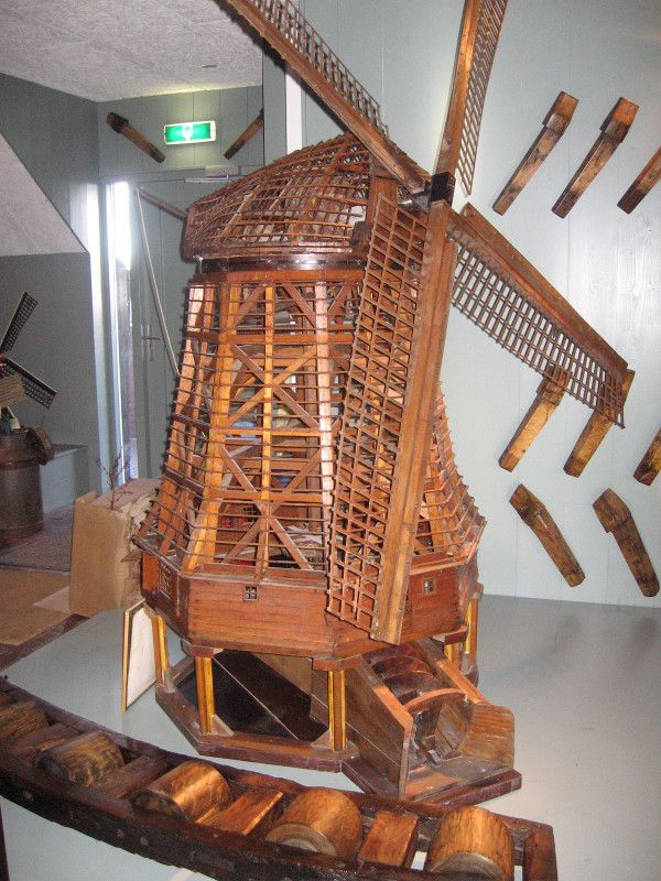 Houten model van een Schermer molen met vijzel,vervaardigd 1982/83 door Piet Mulder, Ursem