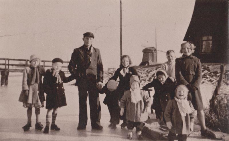 Familiefoto van Dirk Konijn en zijn gezin bij ondermolen D op het ijs,1955