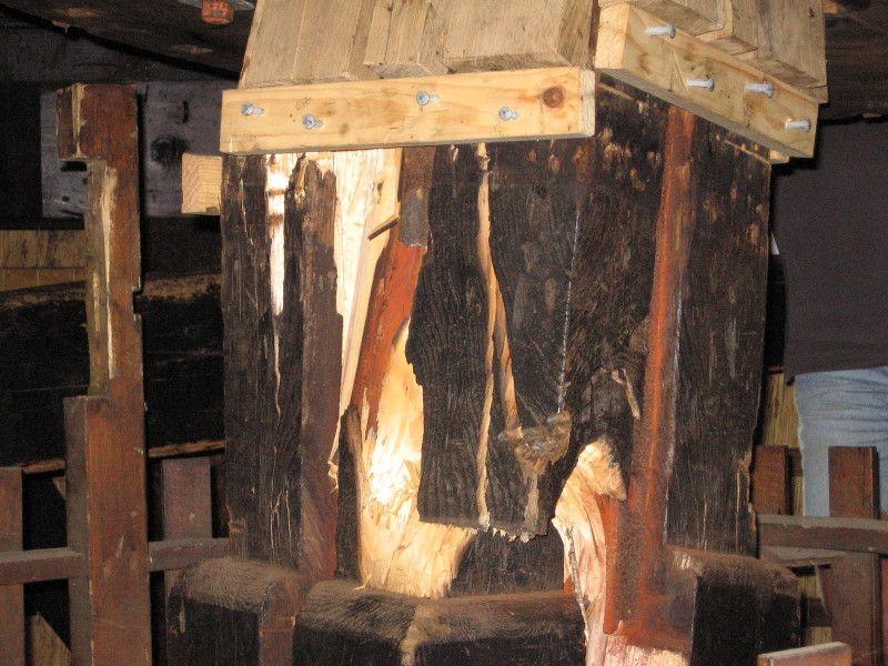 Detail van de getorste koningsspil in de Museummolen in 2005