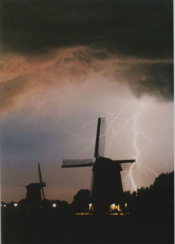Onweer boven de molens bij de groep Schermerhorn aan de Noordervaart