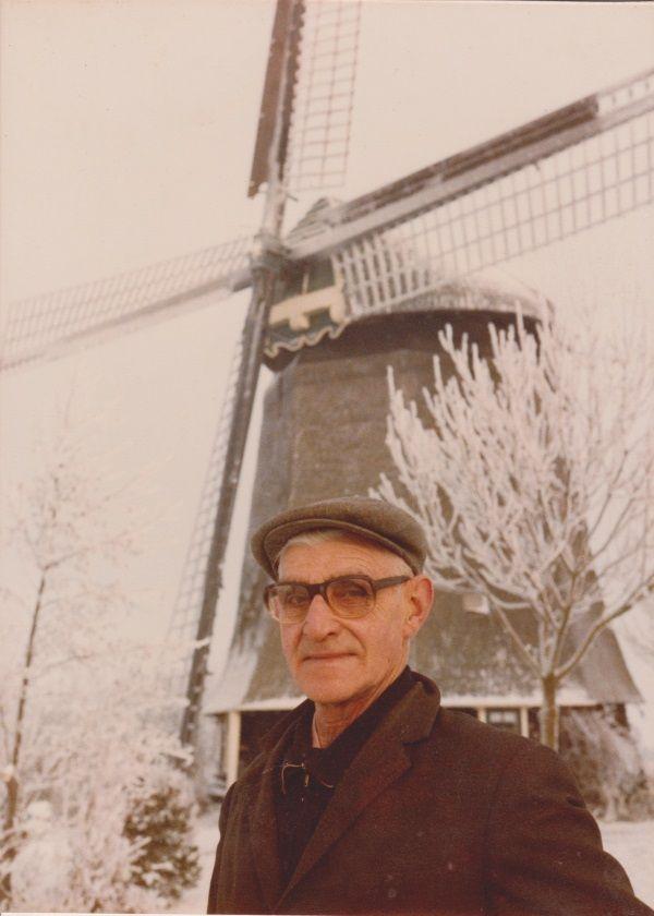 Joop van der Heijden in 1978 voor de door hem bewoonde strijkmolen L