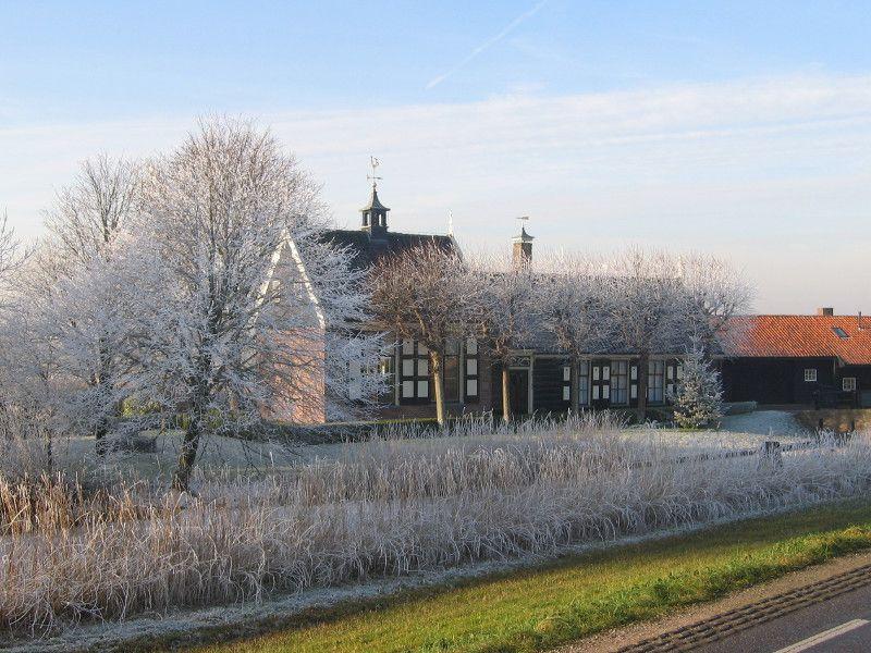 Het Noorderpolderhuis met de timmerschuur in december 2007