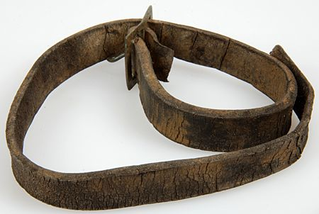 Een leren riem met rechthoekige gesp uit de periode 1650-1800.