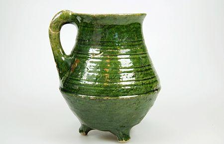 Grape van witbakkend aardewerk, met aan de binnenkant geel en aan de buitenkant groen glazuur uit de periode 1575-1625.