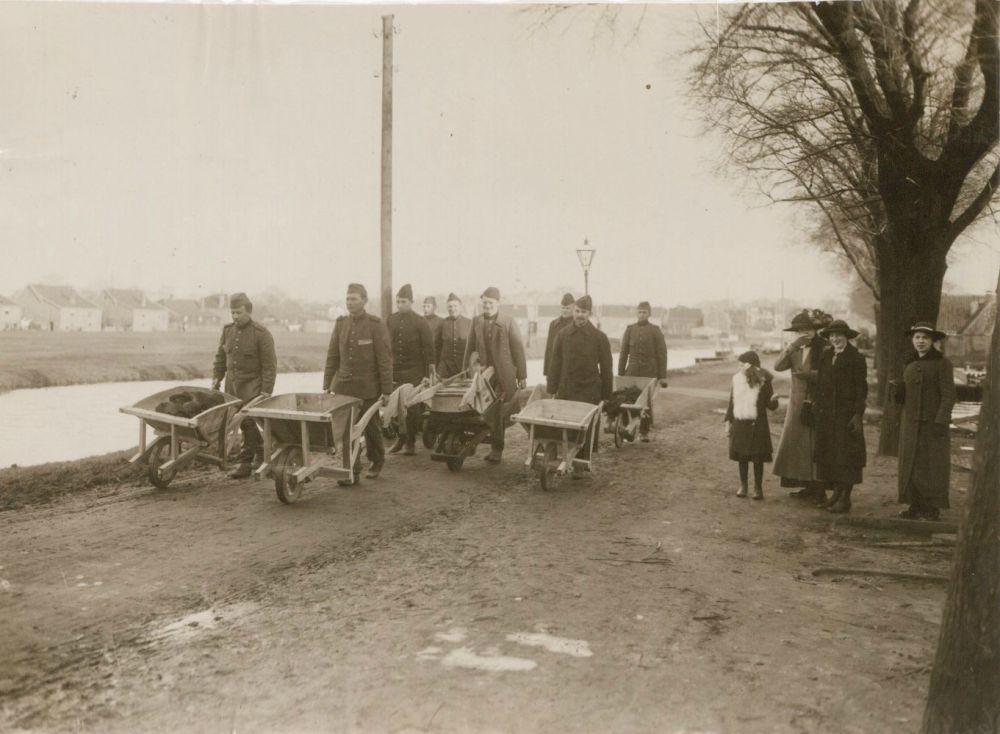 Soldaten helpen bij de watersnoodramp, omgeving Purmerend, 1916