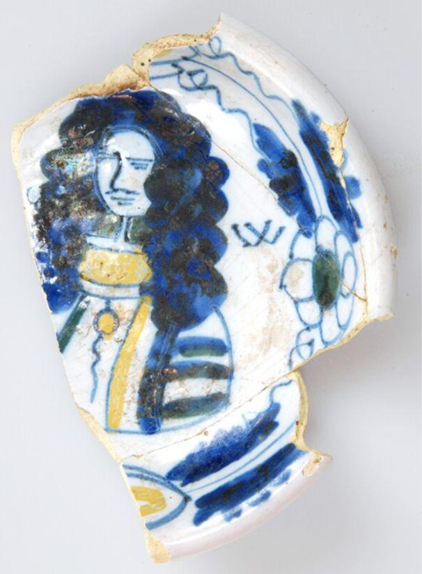 Faiencebord (1650-1702) met afbeelding koning Willem III, de letter W en bloemdecoratie. Bron: Huis van Hilde, inventarisnummer: 9056-01.