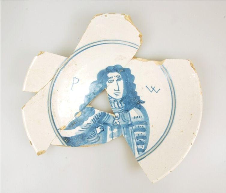 Faiencebord met prins Willem III, datering: 1650-1689. Bron: Huis van Hilde, inventarisnummer: 4800-03.