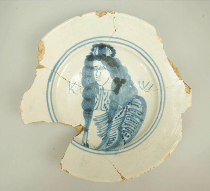 Faiencebord met koning Willem III, datering: 1689-1702. Bron: Huis van Hilde, inventarisnummer: 4800-04.