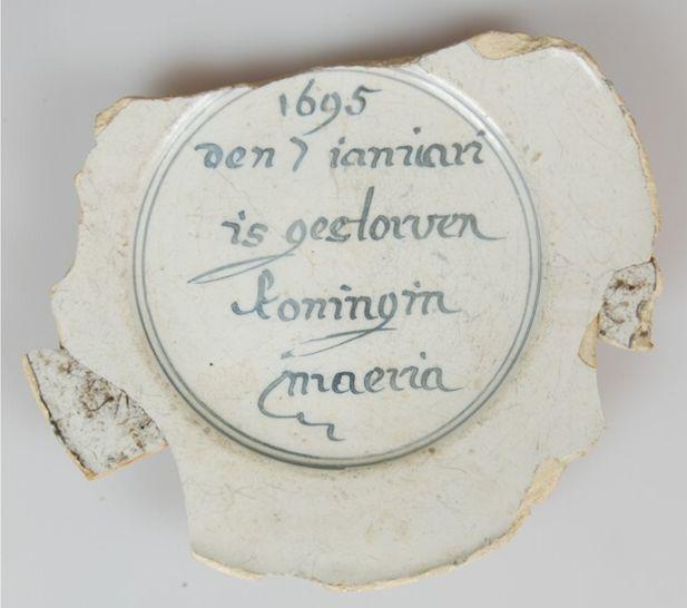 Faiencebord met '1695 den 7 ianuari is gestorven koningin maeria'. Bron: Huis van Hilde, inventarisnummer: 8785-04.
