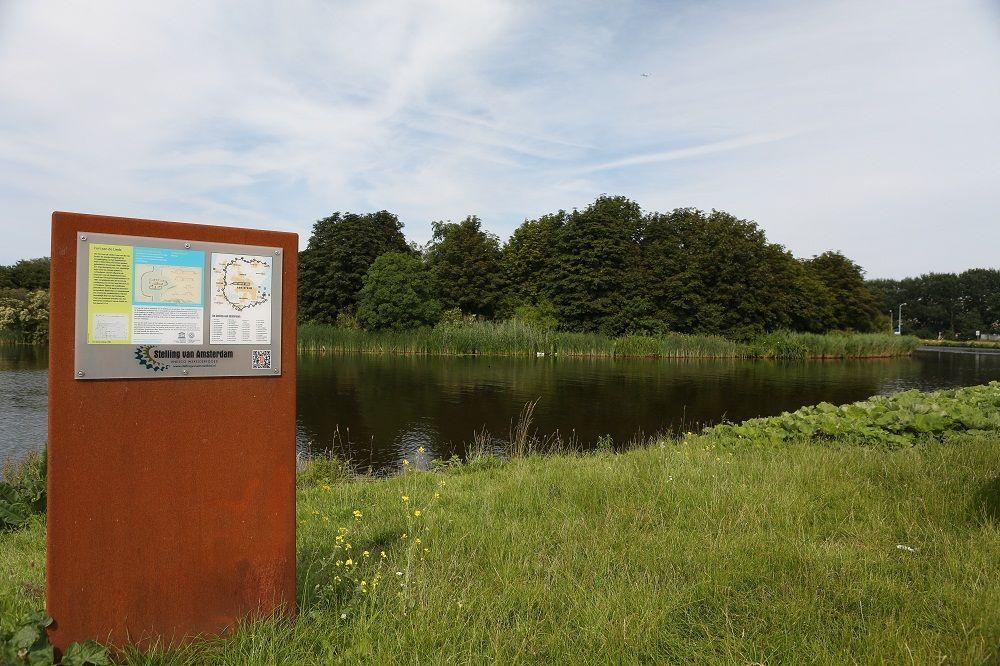 Fort aan de Liede, met informatiebord Stelling van Amsterdam