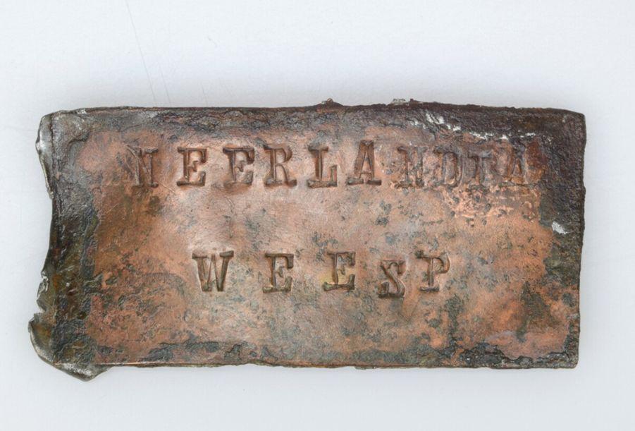 Rechthoekig naamplaatje, waarschijnlijk van een melkbus, uit de Zuivelfabriek Neerlandia Weesp (1898-1971).