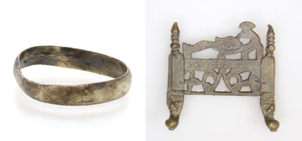 Links: zilveren vingerring uit de periode 1500-1950. Rechts: messing miniatuur haard of bed uit de periode 1500-1950, gedecoreerd met vogels en gezichtjes op de pootjes.