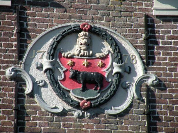 Wapen van Edam met leeuw als schildhouder, 1778 (Kaasmarkt, Edam).