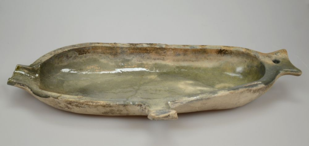 Witbakkende vetvanger (1300-1425) van Hafner aardewerk met loodglazuur aan de binnenzijde.