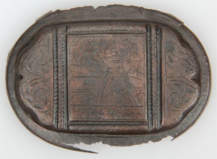 Deksel van een gegraveerde messing tabaksdoos (1620-1675).