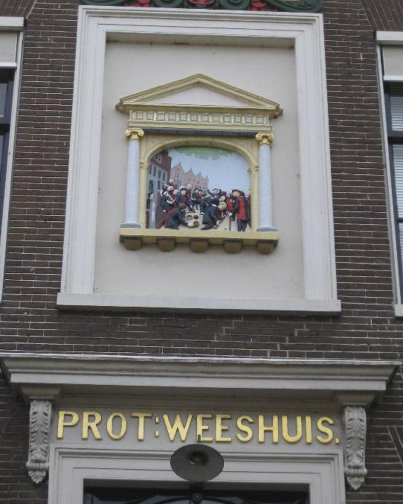 Gevelsteen van het voormalige Protestants Weeshuis.