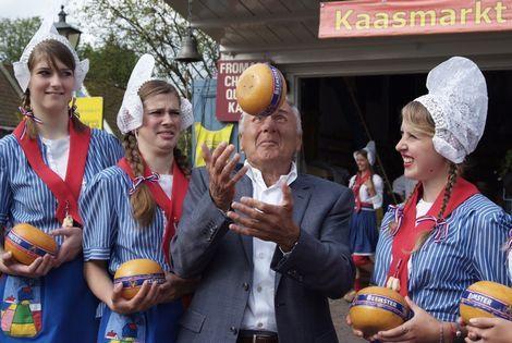Sjaak Swart opent de kaasmarkt.