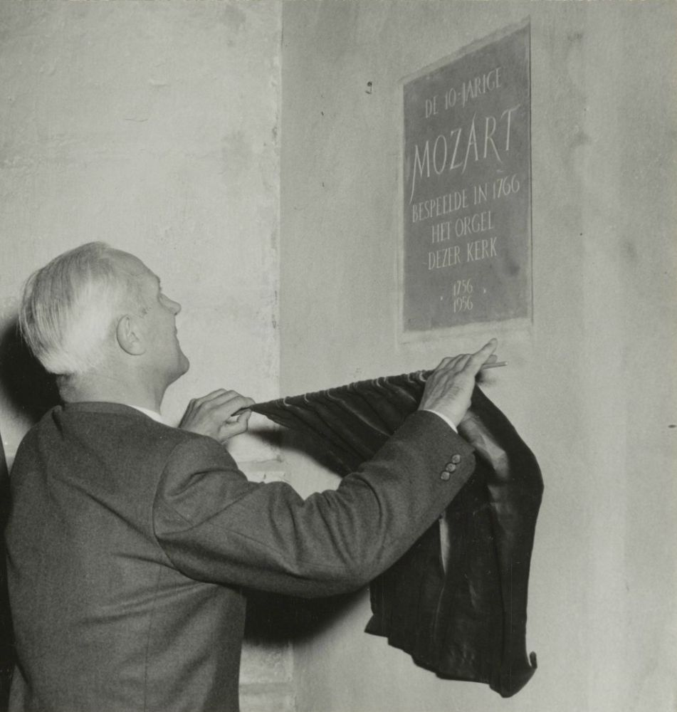 Burgemeester Mr.P.O.F.M. Cremers onthult een gedenksteen ter nagedachtenis aan het feit dat Mozart in 1766 het orgel in de Grote of St. Bavokerk bespeelde.