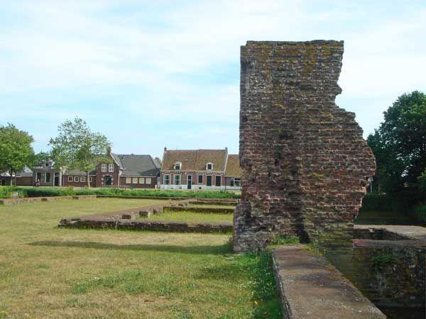 Ruïne muur Kasteel van Egmond.