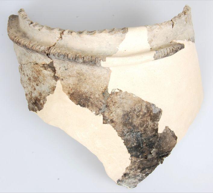 Randfragmenten van een pot van Hoogkarspel-jong aardewerk.