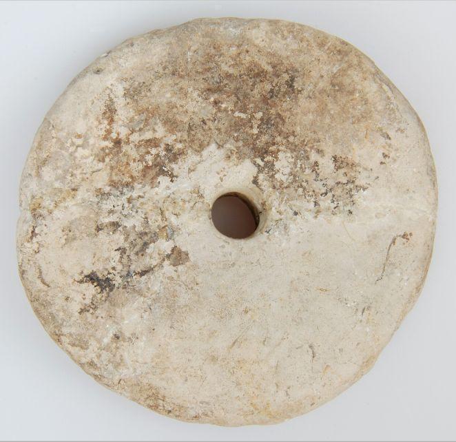 Doorboorde schijf van Hoogkarspel-jong aardewerk.