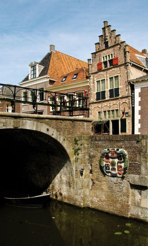 Het Steenen Coopmanshuys aan het Damplein 8.