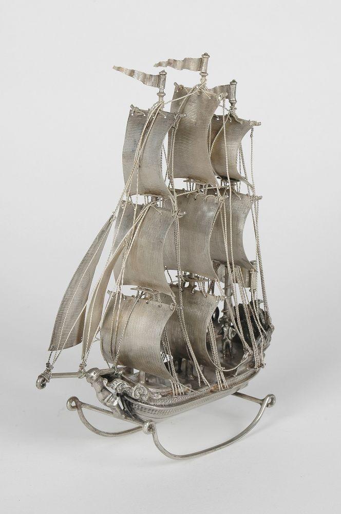 Zilveren schaalmodel van een driemaster.