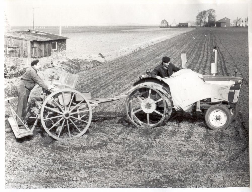 Boer op vruchtbare grond van de Wijkermeer.