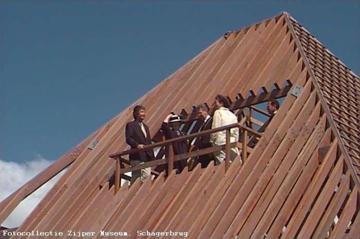 Koningin Beatrix op de uitkijkpost van de stolpbrug.