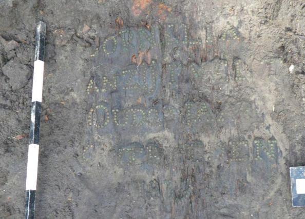 Deksel van een doodskist met opschrift van kopspijkers.