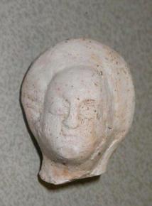 Kop van een beeldje van pijpaarde uit omstreeks 1450.