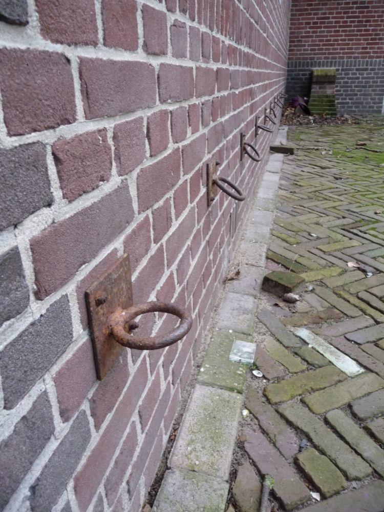 Ringen aan de gevel van het stalgebouw.
