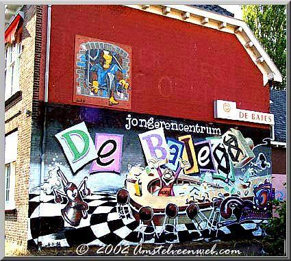 Graffiti op gevels van jongerencentrum De Bajes.