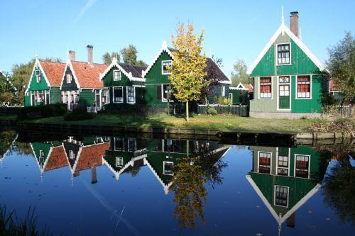 Typische Zaanse huisjes met groene houten gevelbekleding.