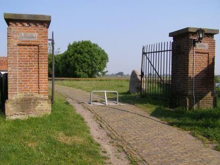 Poort naar kerkje Stompe Toren.
