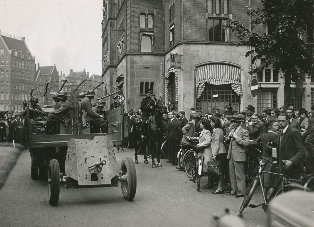 Parade van Duitse troepen op het Rokin in Amsterdam, 16 mei 1940.