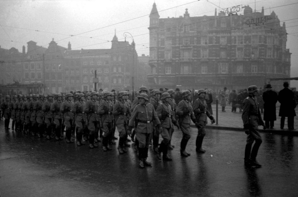 De Ordnungspolizei marcheert langs de Munt.