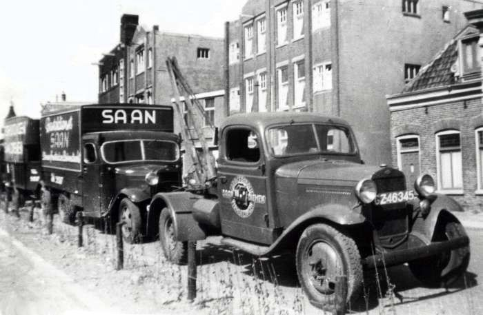 Wagenpark Saan aan Muiderstraatweg, 1950.