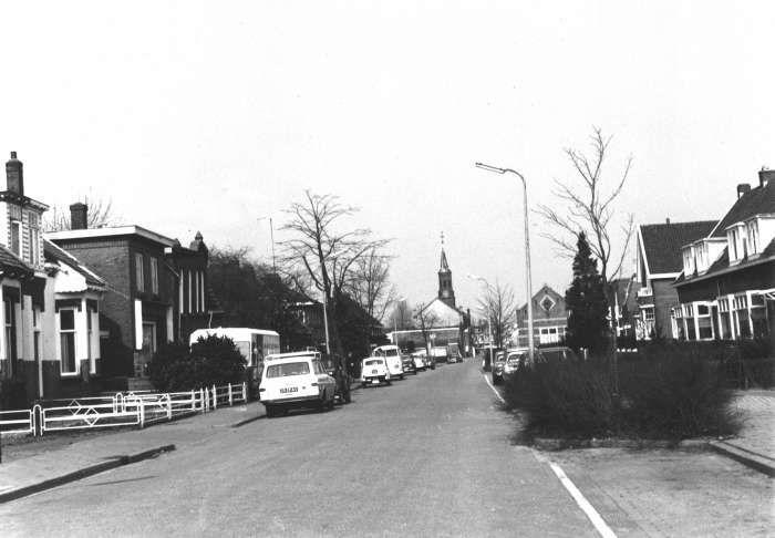 Ouderkerkerlaan in 1965, met onder andere de openbare lagere school. © Historische Kring Diemen.