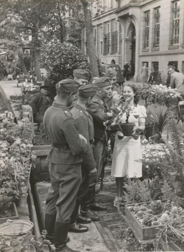 Duitse soldaten op de Bloemenmarkt aan het Singel, 28 juni 1940.