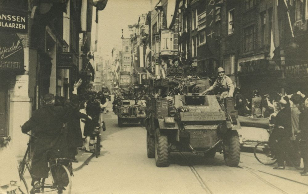 Tanks van de Britse 49th Division in de Leidsestraat, 7 mei 1945.