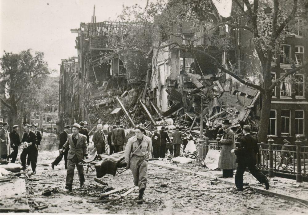 Door Duitse bommen getroffen huizen aan de Blauwburgwal, 11 mei 1940.