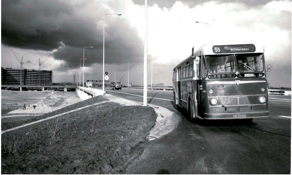 Een rammelende bus verbond de Bijlmer met de rest van de wereld voordat de metro ging rijden.