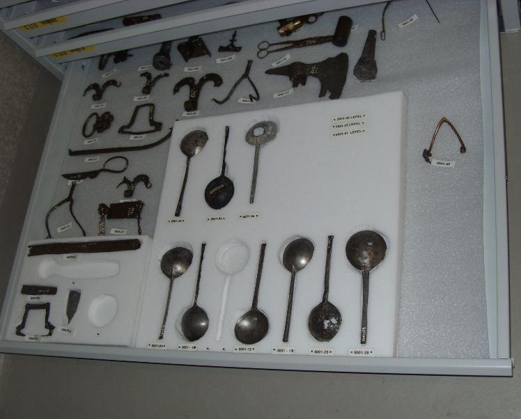 Metalen voorwerpen in het depot.